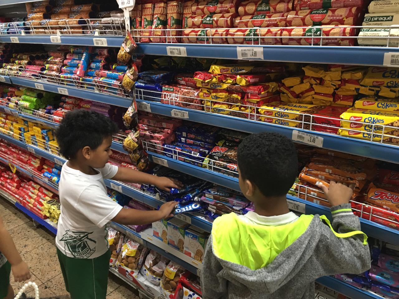Os alunos do 1º Ano do EF1, visitaram um supermercado para práticas muito cotidianas